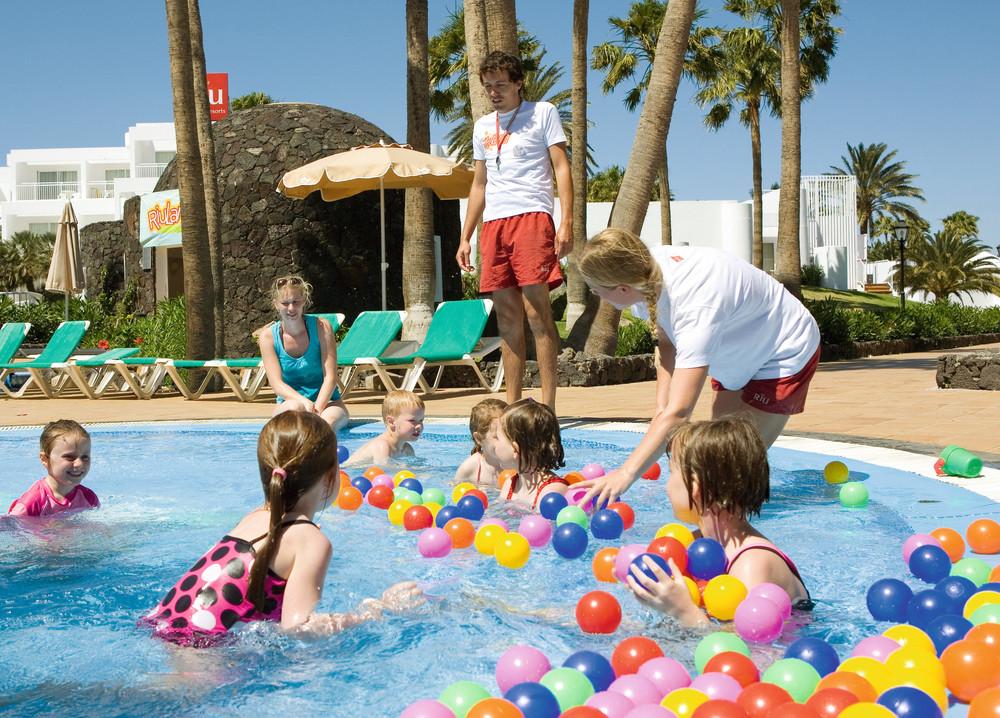 El hotel cuenta con dos piscinas para los más pequeños de la casa