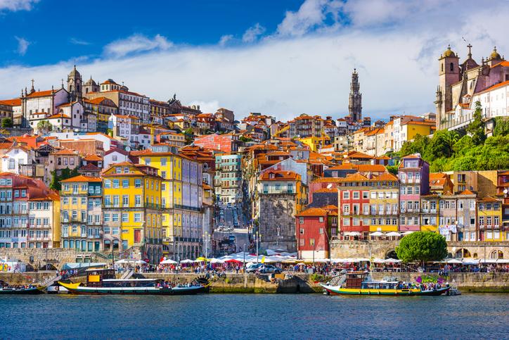 Portugal se caracteriza por sus calles en cuesta y sus coloridas casas