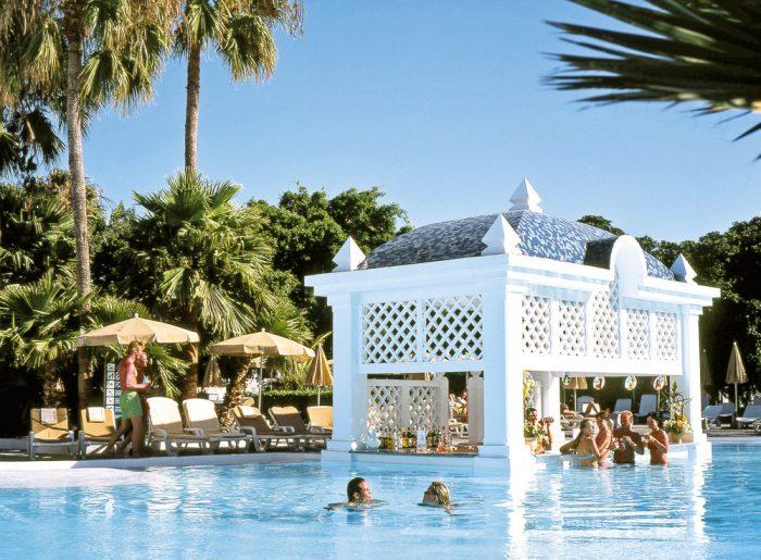 Una de las piscinas del hotel cuenta con Swim up bar