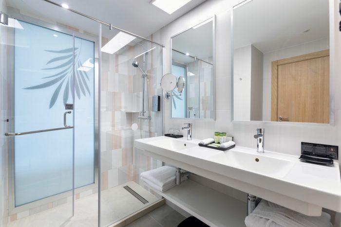 Todos los baños cuentan con un plato de ducha y van en sintonía con los colores de las estancias