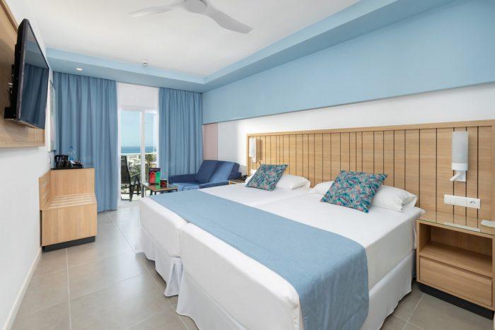 La decoración de las habitaciones es una mezcla de tonos madera y agua.