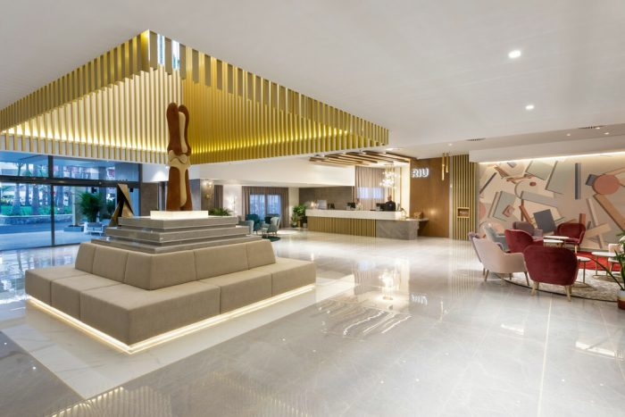 The lobby creates a spacious effect thanks to its excellent lighting