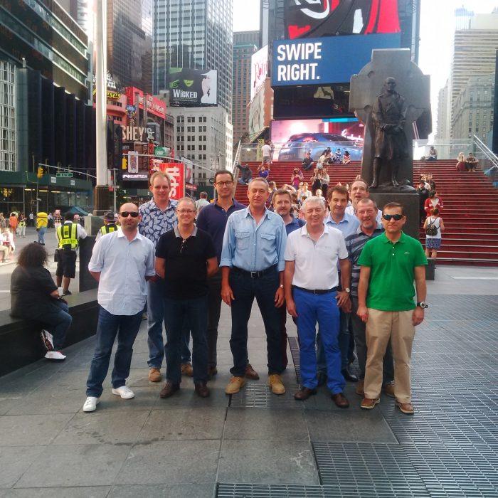 Luis Riu auf einem historischen Bild mit dem Team, das das Riu Plaza New York Times Square zum Leben erweckt hat