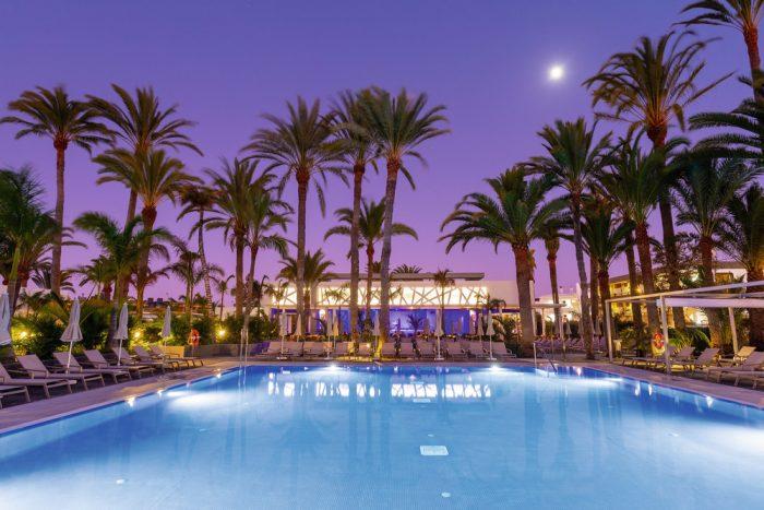 El hotel cuenta con tres piscinas de las cuales una es para niños