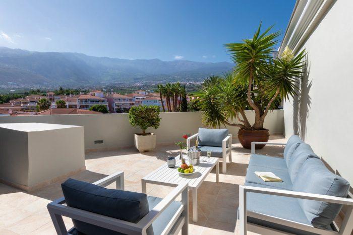 El recién reformado Riu Garoe cuenta con una terraza desde la que podrás disfrutar de vistas a la montaña