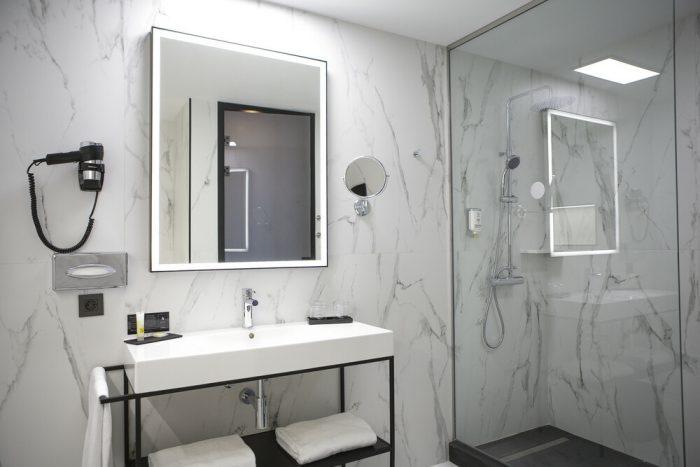 El mármol blanco otorga elegancia a los aseos del hotel Riu Plaza España
