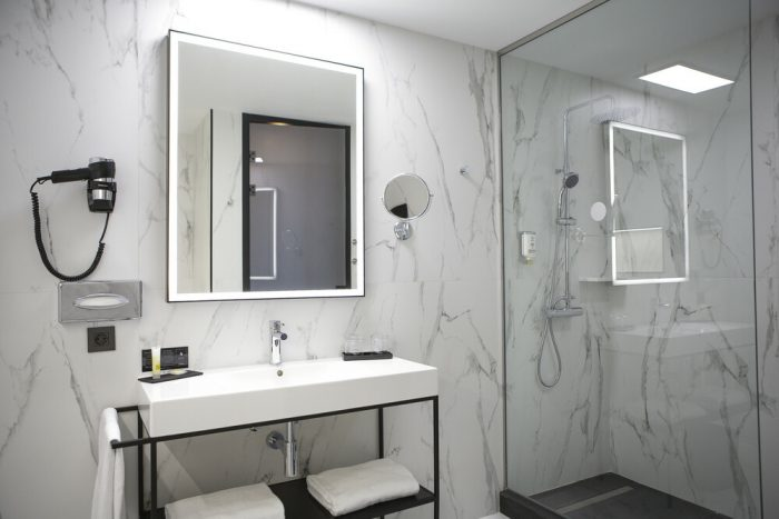 The white marble lends an elegant touch to the Riu Plaza España bathrooms