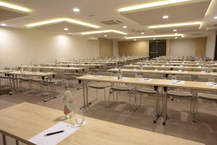 El hotel cuenta con un total de 17 salas de conferencias