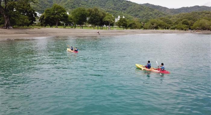 Fahren Sie mit RIU Kajak im Wasser von Guanacaste