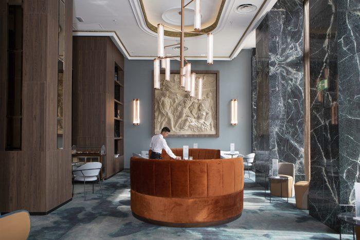 Deja que la decoración del Lobby del hotel Riu Plaza España te traslade al pasado