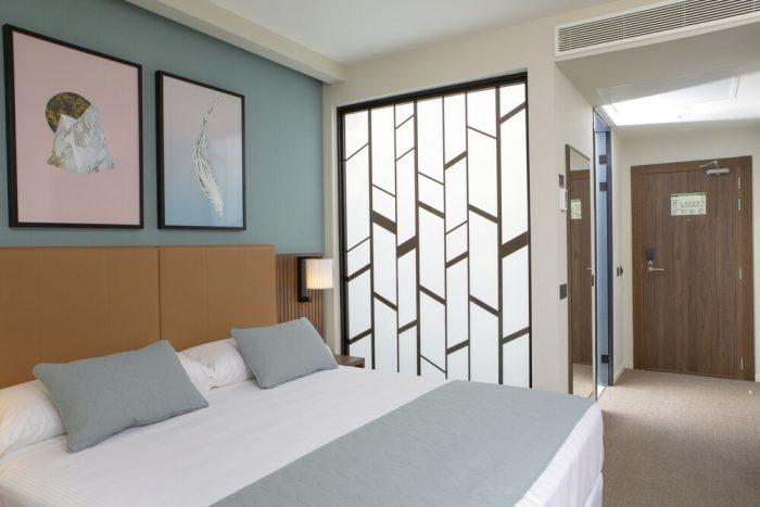 Las habitaciones del hotel Riu Plaza España presentan un decorado vintage