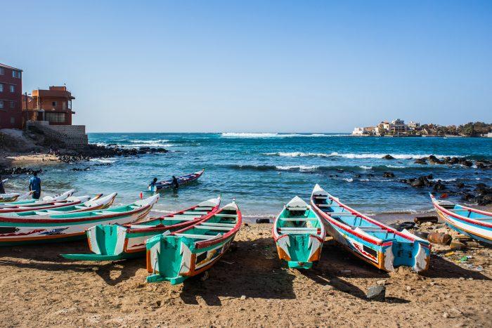 Boote an der Küste Senegals, dem neuen touristischen Reiseziel von RIU