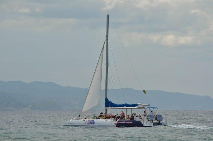 Con RIU podrás navegar por e mar de Jamaica en catamarán
