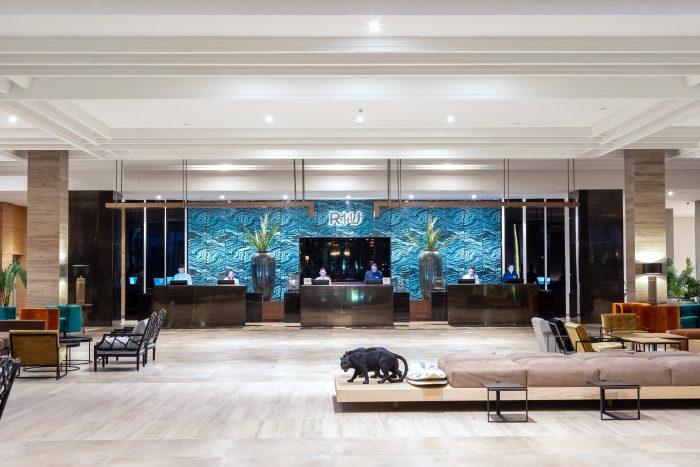 Bei der Einrichtung der gemeinsam genutzten Bereiche des neuen RIU-Hauses ist deren elegante Linie hervorzuheben