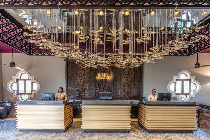 Entdecken Sie die elegante Lobby des Hotels Riu Palace Zanzibar