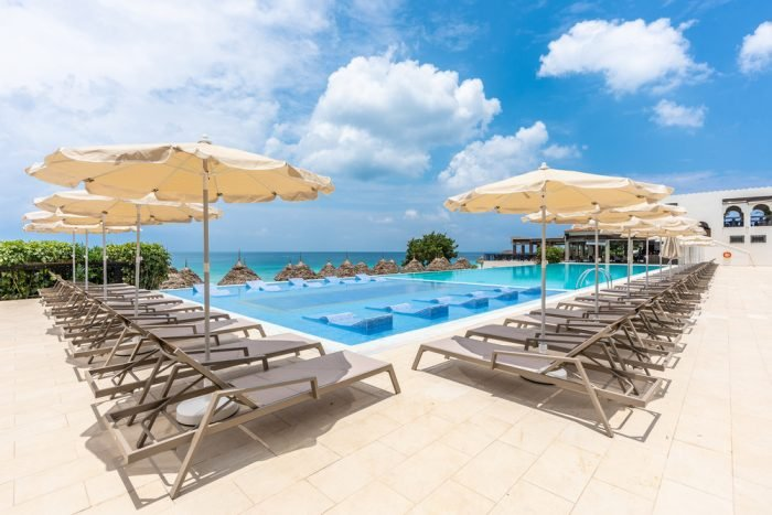 Im Außenbereich des Hotels Riu Palace Zanzibargibt es drei Swimmingpools