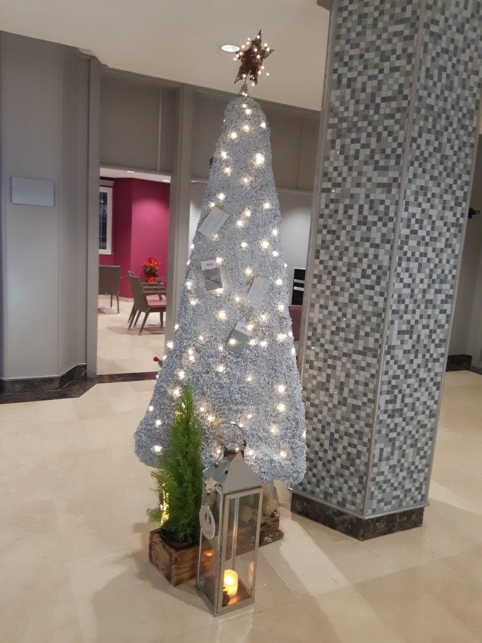 El hotel Riu Don Miguel ha decorado su árbol de navidad con la técnica canaria del calado.