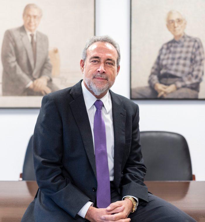 Luis Riu Güell, CEO de RIU Hotels & Resorts, posa delante de los retratos de su abuelo, Juan Riu Masmitjà, fundador de la cadena; y su padre, Luis Riu Bertrán