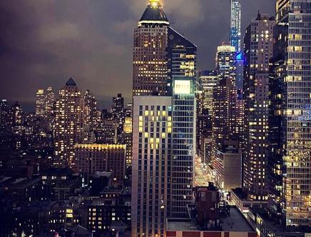 Das Riu Plaza New York Times Square Hotel zeigt ein leuchtendes Herz in Solidarität mit den Betroffenen des Coronavirus