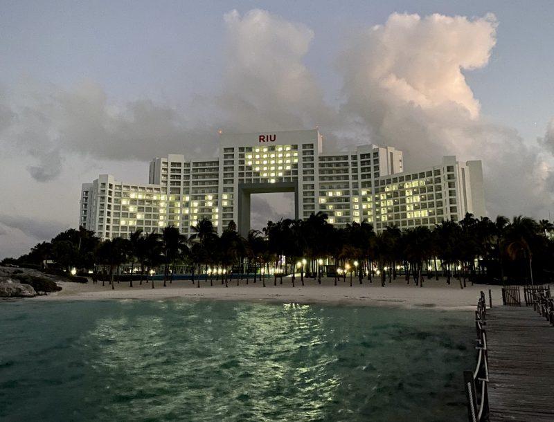 """""""Stay Safe"""", die Botschaft im Kampf gegen das Coronavirus an der Fassade des Riu Palace Peninsula Hotels"""