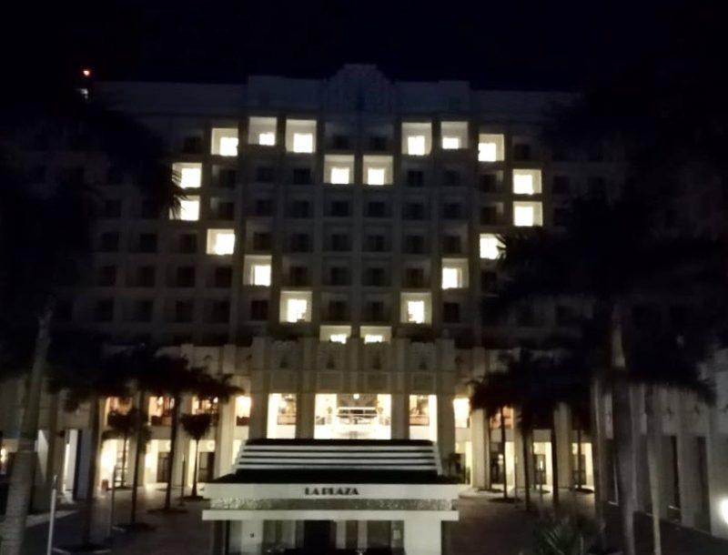 Herz leuchtete gegen COVID-19 an der Fassade des Hotel Riu Vallarta