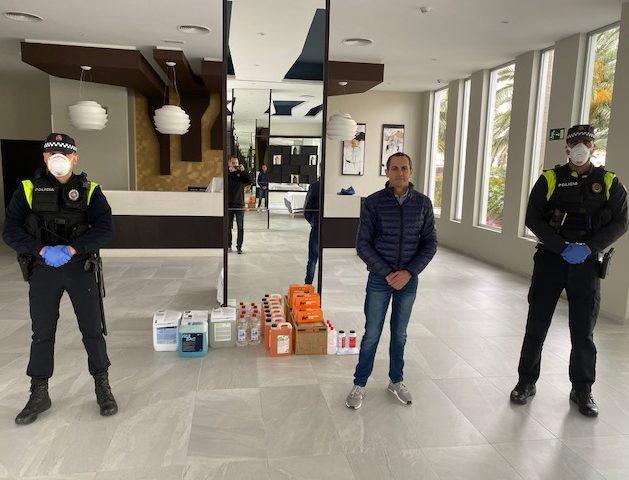 Das Hotel Riu Monica spendet der Polizei in Nerja Desinfektionsmittel anlässlich der COVID-19-Krise