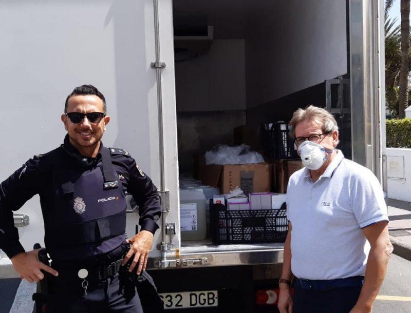 Lieferung von Desinfektionsmitteln und Schutzausrüstung, die vom Hotel Riu Palace Maspalomas an die Nationalpolizei von Gran Canaria gespendet wurden
