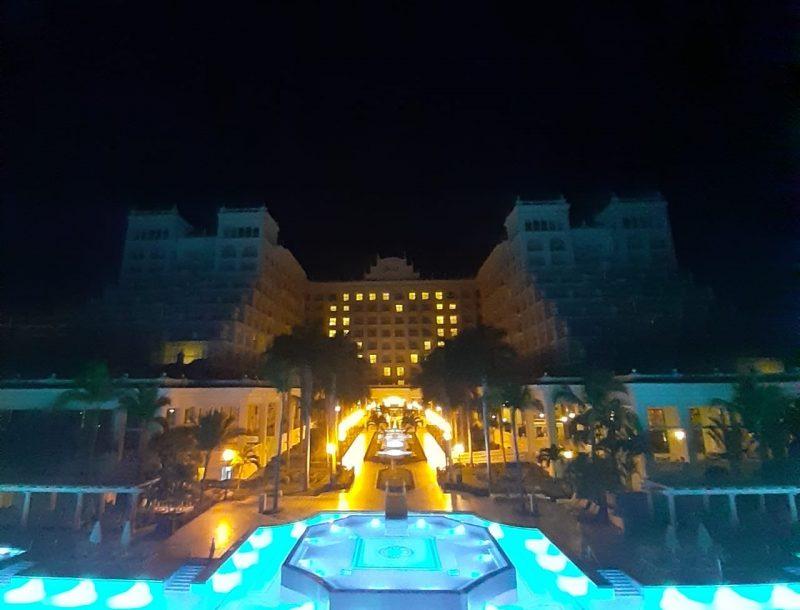 Botschaft der Hoffnung angesichts des COVID-19: nachts leuchtet ein Herz an der Fassade des Hotels Riu Palace Pacífico