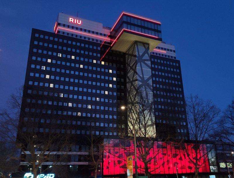 ALT: The Riu Berlin hotel illuminated to transmit hope during the coronavirus epidemic