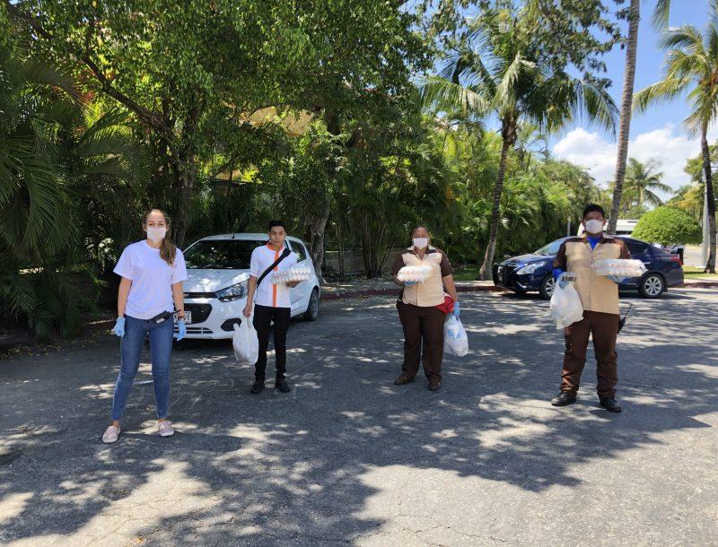 Mitarbeiter des Hotels Riu Yucatán mit verderblichen Lebensmitteln, die von der RIU-Hotelkette während der COVID-19-Krise gespendet wurden