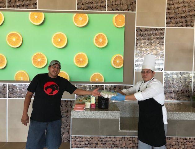 Lieferung verderblicher Lebensmittel an Mitarbeiter des Hotels Riu Palace Costa Mujeres in Cancún aufgrund der COVID-19-Pandemie