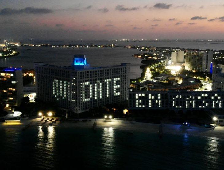 Die RIU-Hotels in Cancún zeigen nachts Botschaften der Hoffnung, eine Initiative des Vorstandsvorsitzenden Luis Riu