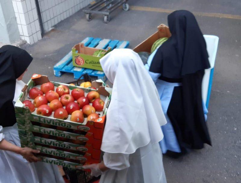 Mitarbeiter der RIU-Hotels in Costa Rica spenden während der COVID-19-Epidemie Obst und Gemüse an die Gemeinde von Alajuela
