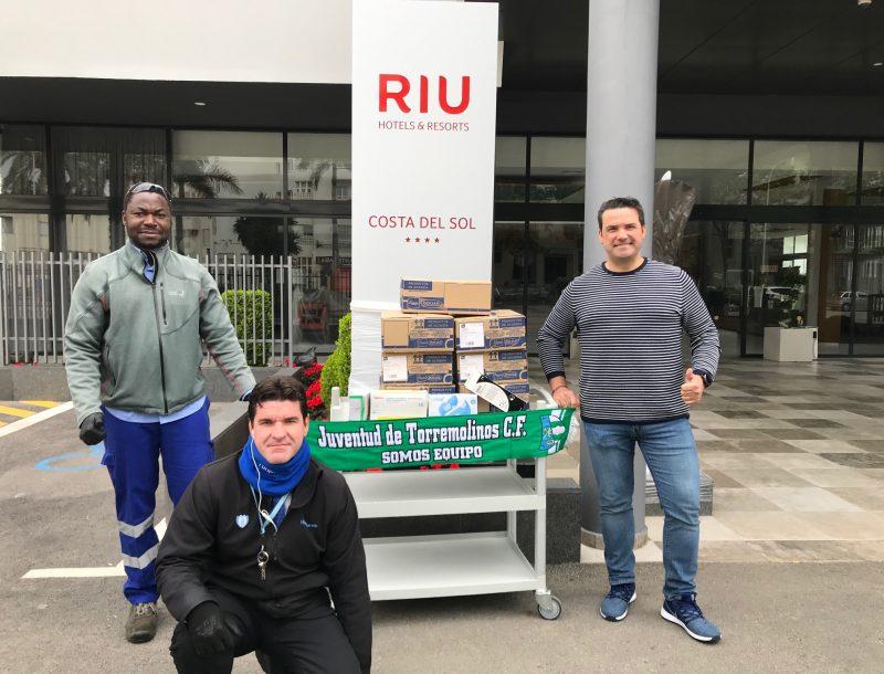 Spende von Desinfektionsmitteln und PPE vom Personal des Hotels Riu Costa del Sol in Torremolinos