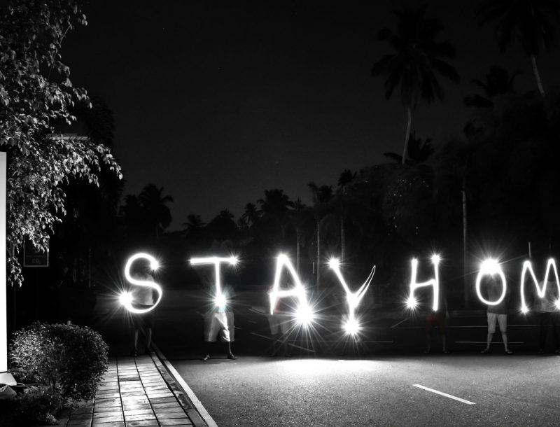 """Mitarbeiter des Hotel Riu Sri Lanka senden die Botschaft """"Stay Home"""", um die Coronavirus-Epidemie zu stoppen"""