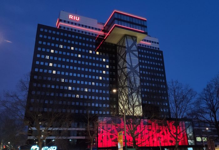 The hotel Riu Plaza Berlin lit up its facade with an enormous heart