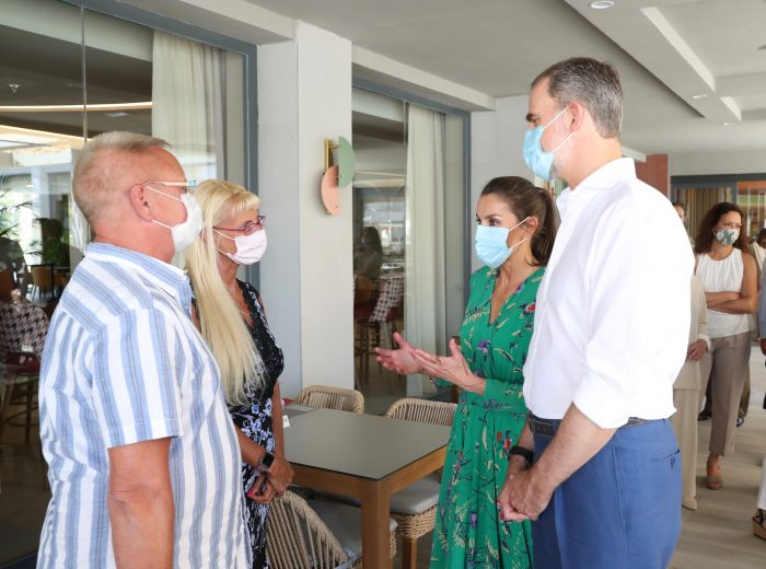The King and Queen talk to two German tourists at the Hotel Riu Concordia regarding the post-covid tourism situation in Mallorca