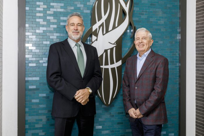 Luis Riu, owner of the RIU hotel chain, and Rafael Expósito, in front of the original symbol of the Riu San Francisco Hotel