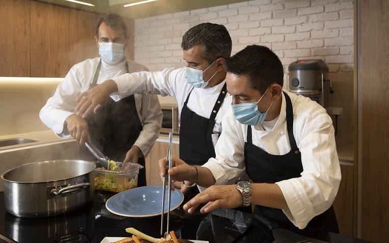 Ignacio Álvarez, director del Departamento de Alimentos de RIU Hotels, con Stefano Viola y Gabriel Vásquez, chefs corporativos
