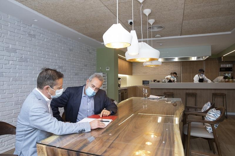 Reunión entre Luis Riu, CEO de RIU Hotels, y Carles Madrenas, responsable de Producto de la cadena