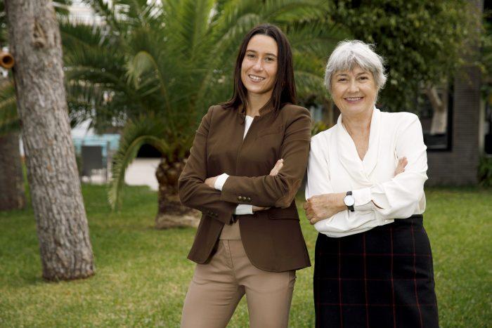 Naomi Riu con su tía, Carmen Riu, dueña de la cadena RIU Hotels