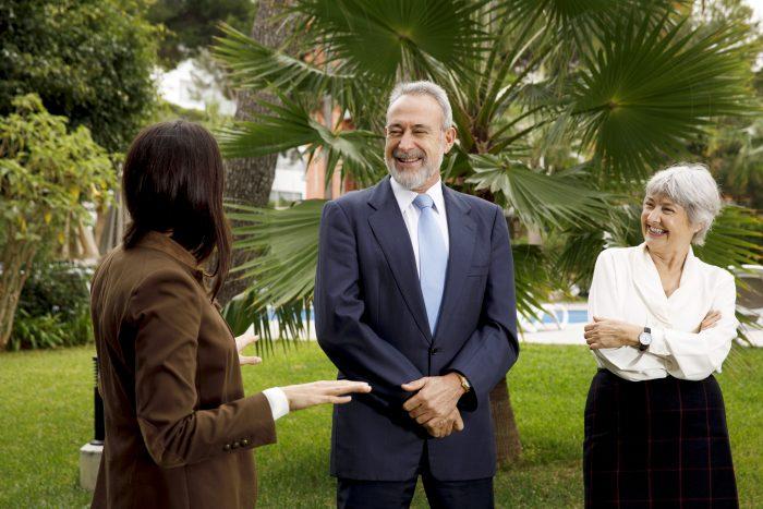 Naomi Riu, Luis Riu und Carmen Riu im Garten des Hotels Riu Festival