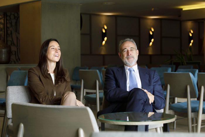 Naomi Riu con su padre, Luis Riu, en uno de los salones de RIU en Mallorca