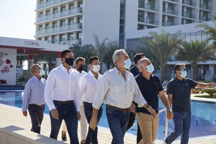 Luis Riu geht mit seinem Betriebsteam die letzten Details des Riu Dubai vor der Eröffnung durch
