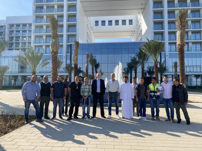 Francisco Hernanz, arquitecto jefe de RIU, y Luis Riu, en el centro, en una visita al Riu Dubai