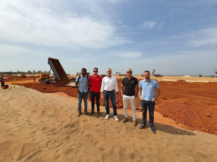Luis Riu y su equipo durante la construcción del nuevo Hotel Riu Baobab en Senegal