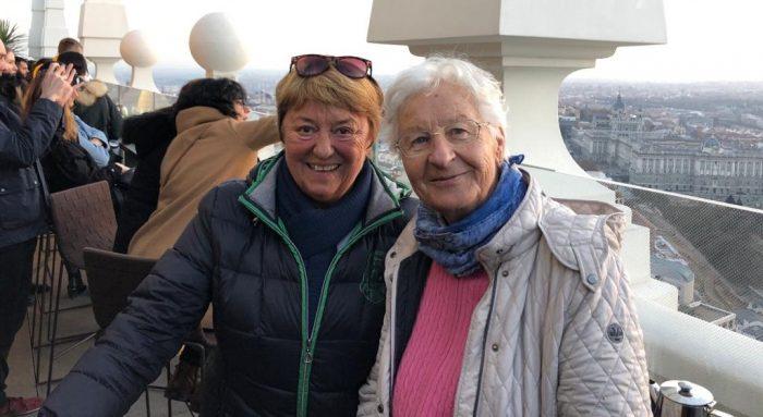 Ingrid und Ilona genießen die Terrasse des Hotels Riu Plaza España.