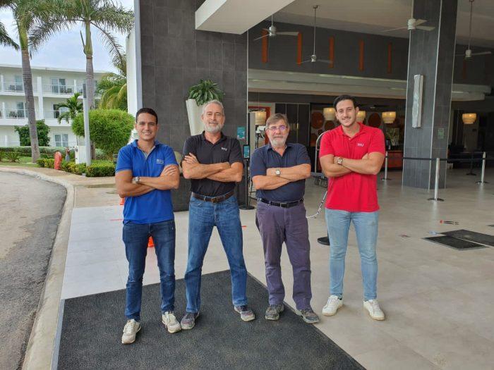 Luis Riu, CEO von RIU Hotels & Resorts, mit seinen Söhnen, Luis und Roberto, und Alejandro Sánchez, RIUs Betriebsleiter in Jamaika.