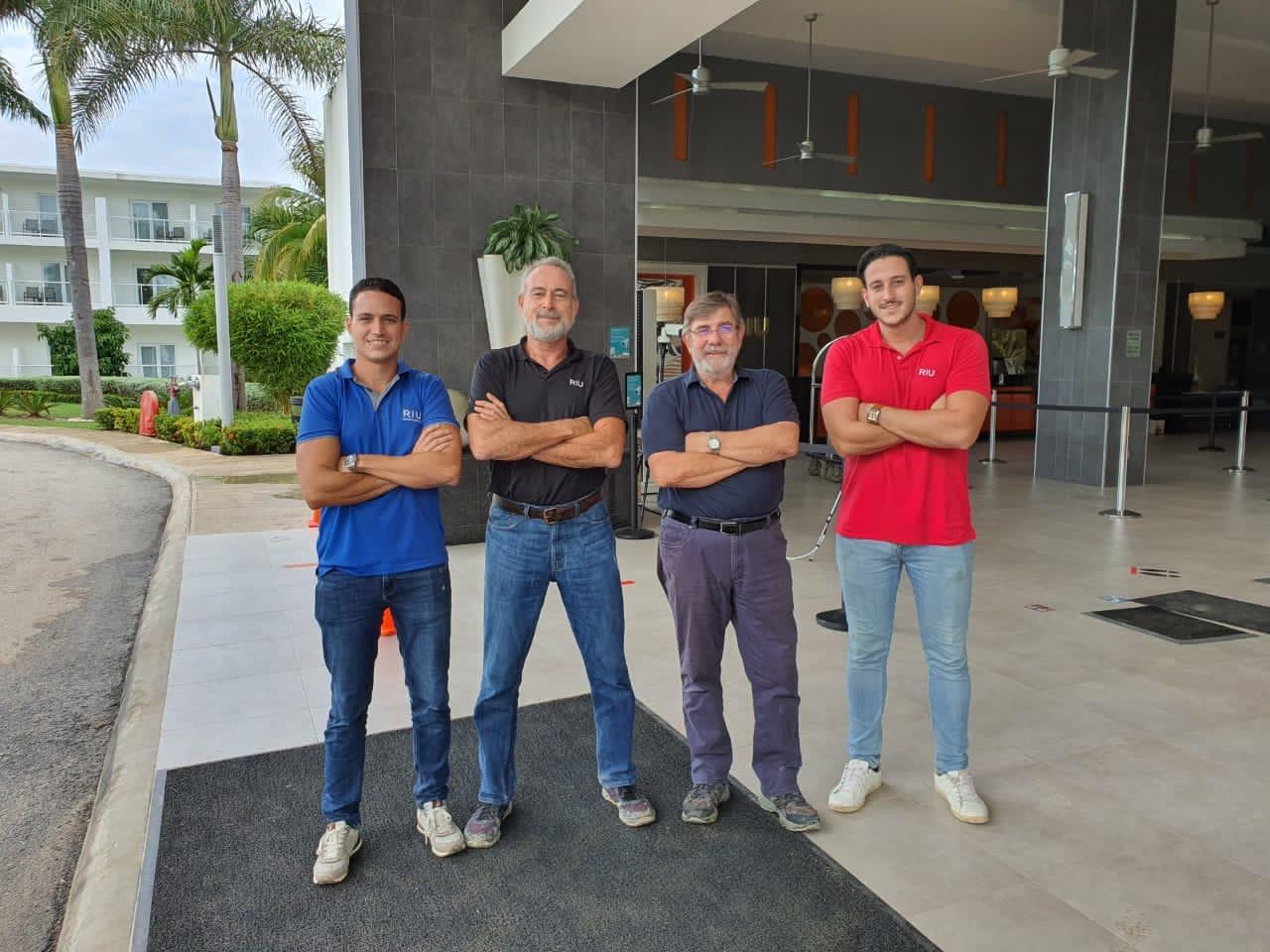 Luis Riu, CEO de RIU Hotels & Resorts, con sus hijos Luis y Roberto, y el jefe de Operaciones de RIU en Jamaica, Alejandro Sánchez