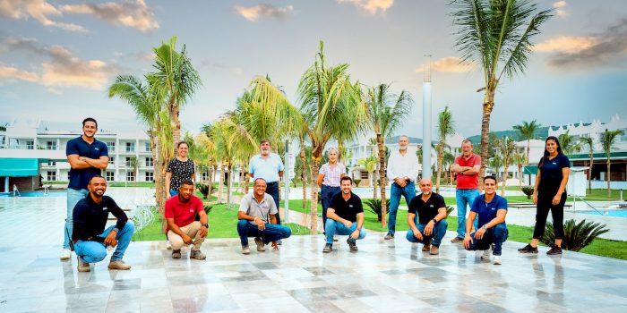 Luis Riu zusammen mit dem Team, das für die Renovierung des Riu Montego Bay in Jamaika verantwortlich ist